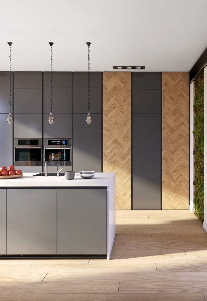 A presença da madeira na decoração ajuda a deixar o ambiente mais acolhedor, especialmente quando a cor principal é o cinza