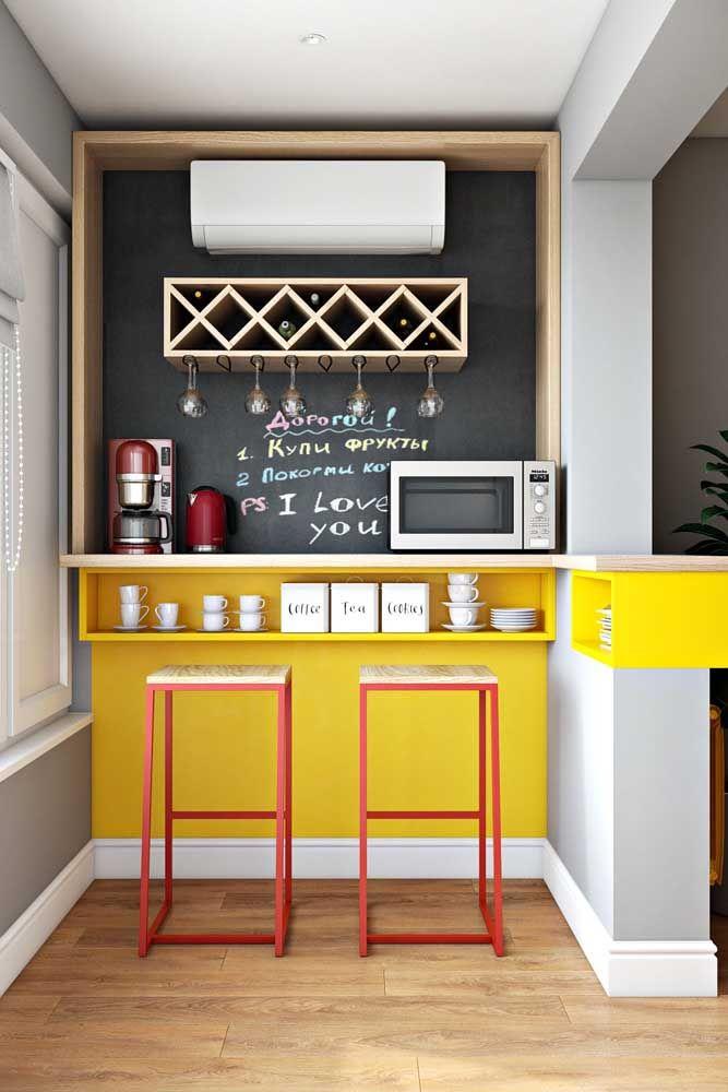 O vermelho e o amarelo ganharam a companhia da madeira clara para formar a decor desse bar café