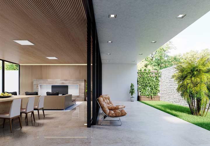 O piso segue um tom próximo ao tom da madeira da decoração