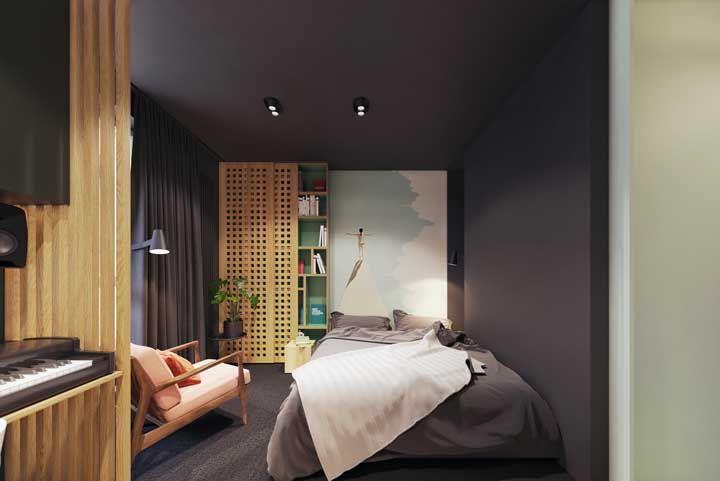 O quarto preto investiu na madeira clara para trazer luminosidade e contraste a decor; uma alternativa ao branco