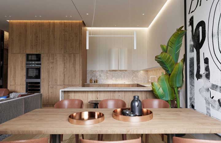 Ícones da decoração atual em um mesmo ambiente: madeira clara e rose gold