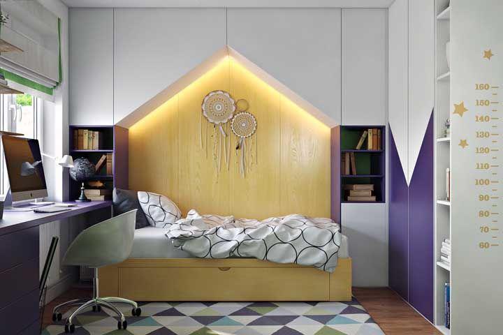A madeira clara e amarelada entra no jogo de cor e contraste desse quarto juvenil