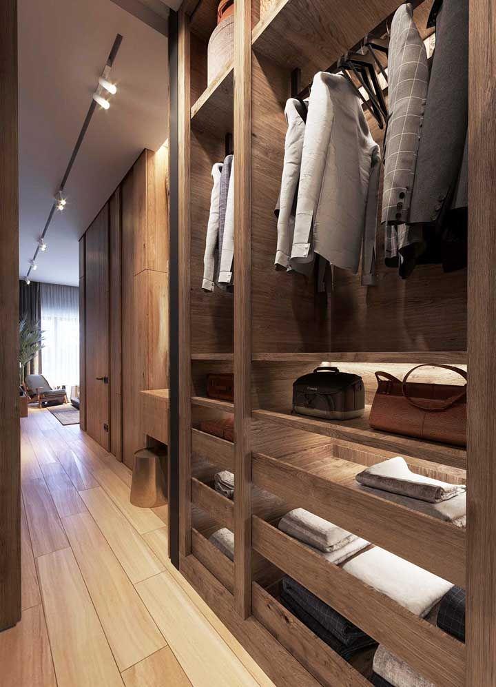 Piso de madeira clara e móvel de madeira escura: dois tons diferentes em perfeita harmonia