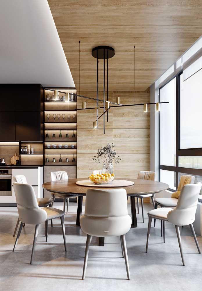 A madeira clara em conjunto com o branco deixa o ambiente clean e moderno