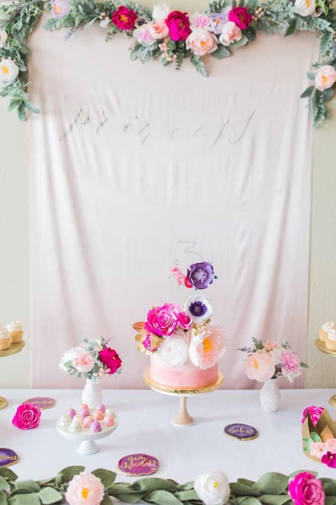 Nessa festa Jardim Encantado o branco predomina e sobre ele muitas flores e folhas