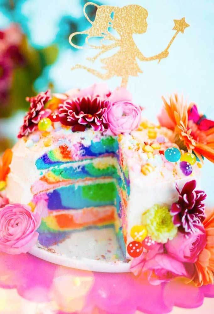 Por fora, o bolo é florido, já por dentro, ele se torna um lindo arco íris