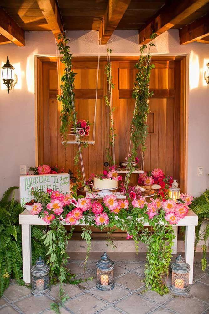 Madeira, folhas e flores, mas o que se destaca mesmo nessa decoração são as lanternas