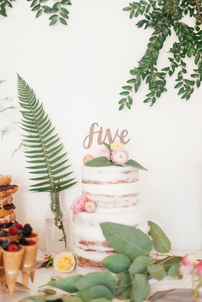 Naked cake encaixa como uma luva no tema da festa Jardim Encantado