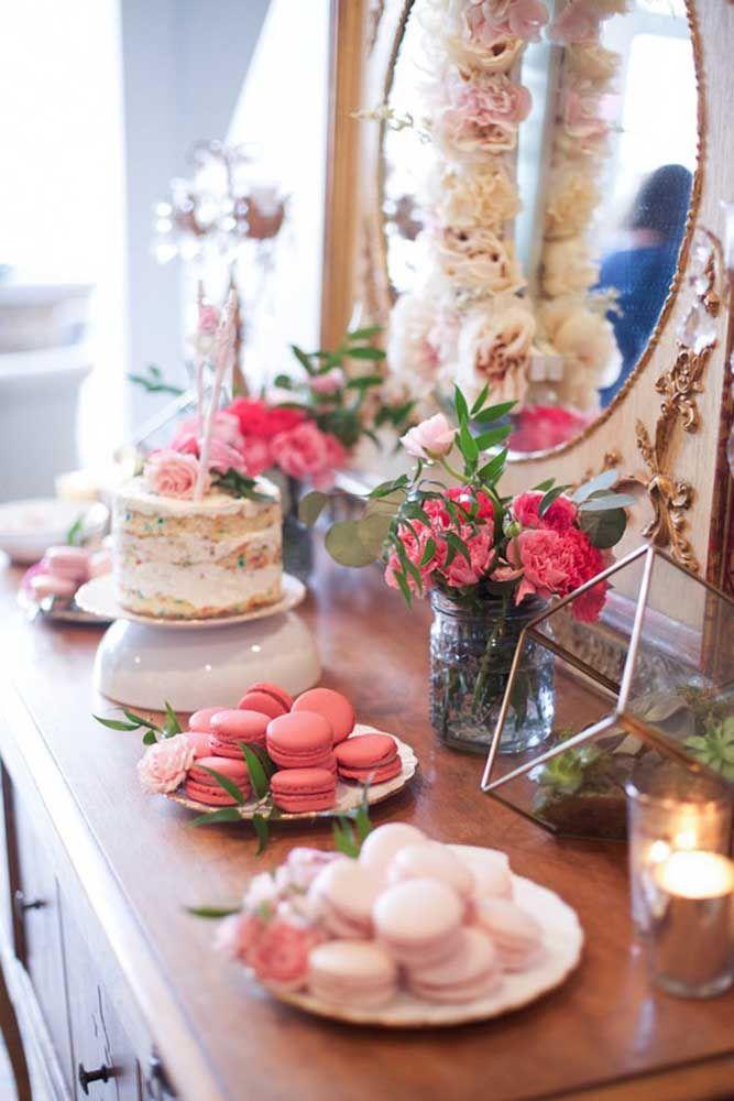 Macarons, naked cake e flores para decorar a mesa da festa Jardim Encantado