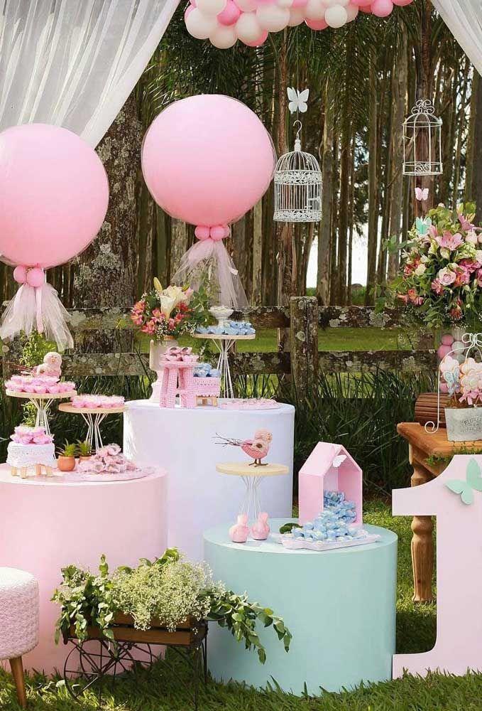 Não poderia ter cenário melhor para a festa Jardim Encantado do que um bosque ao fundo, como essa da imagem