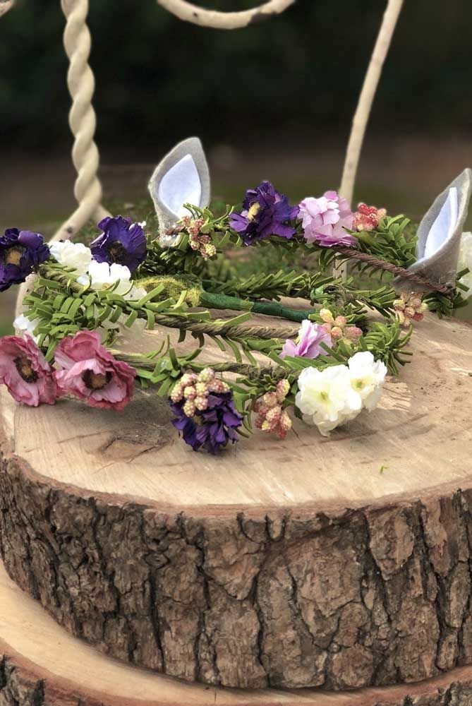 Faça e distribua coroas de flores para os convidados da festa