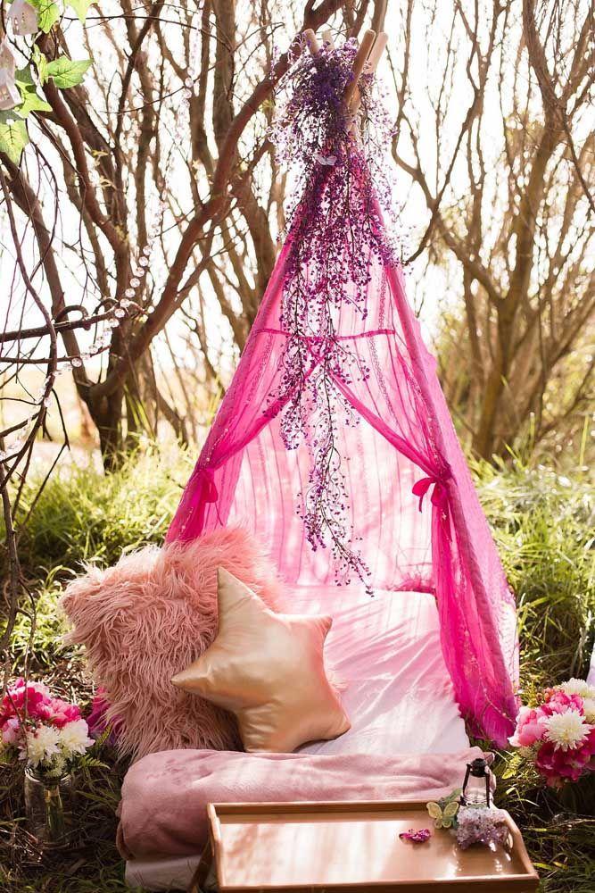 Uma tenda para relaxar durante a festa Jardim Encantado