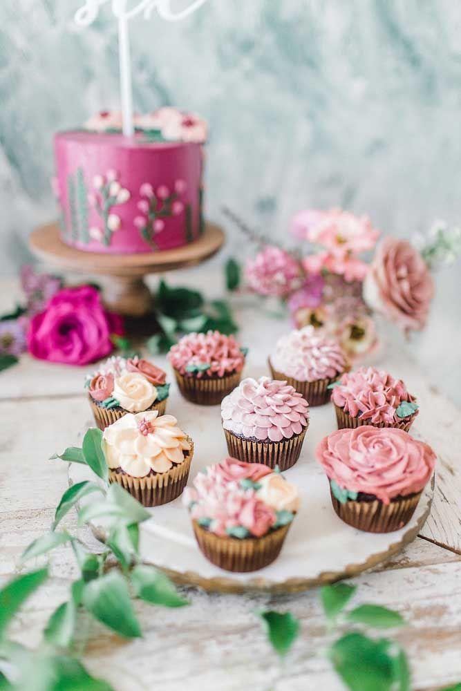 Tem cupcake? Tem também! E para decorá-los nada melhor do que flores de chantilly