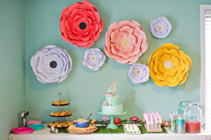 Festa Jardim Encantado simples, mas muito charmosa; as flores de papel são o destaque da decoração