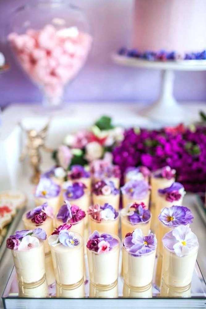 Docinhos decorados com flores de verdade