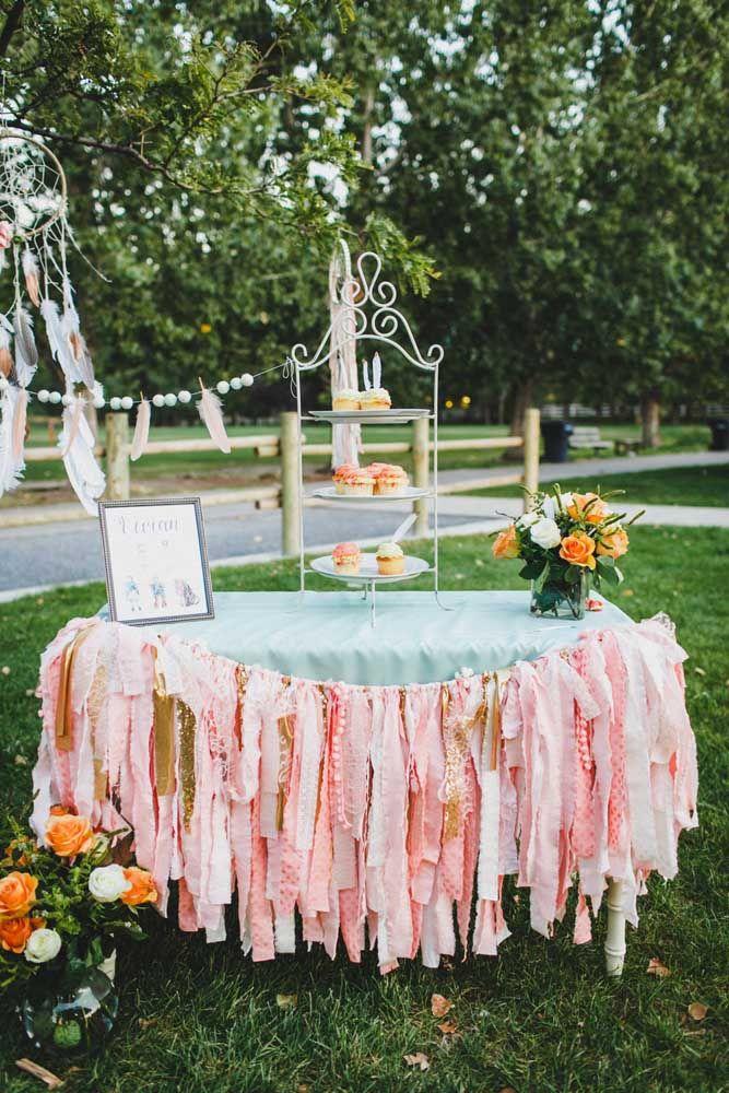 Lembrancinha simples para a festa Jardim Encantado: sacolinhas de papel brancas decorada com flores de papel