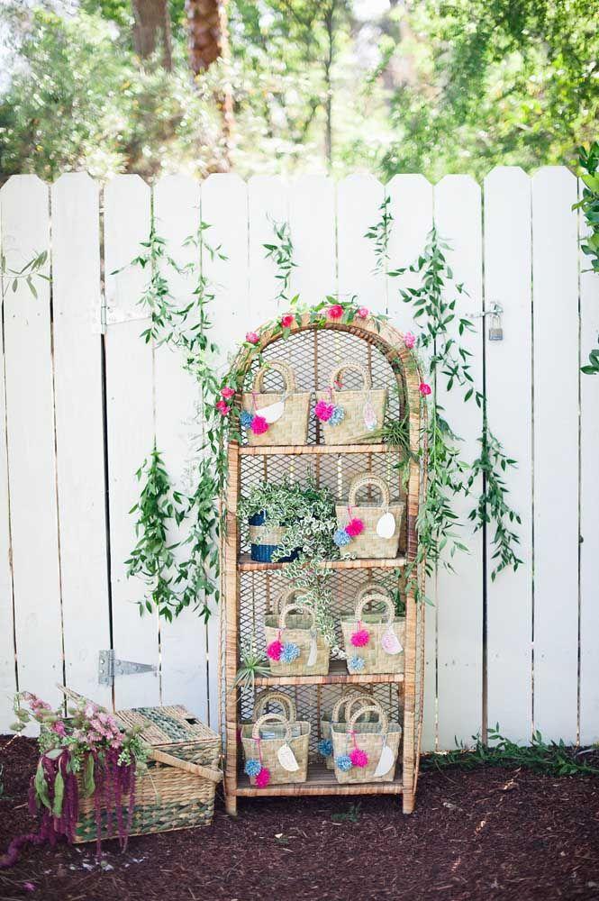 Elementos naturais como vime e palha também combinam com a decoração da festa Jardim Encantado
