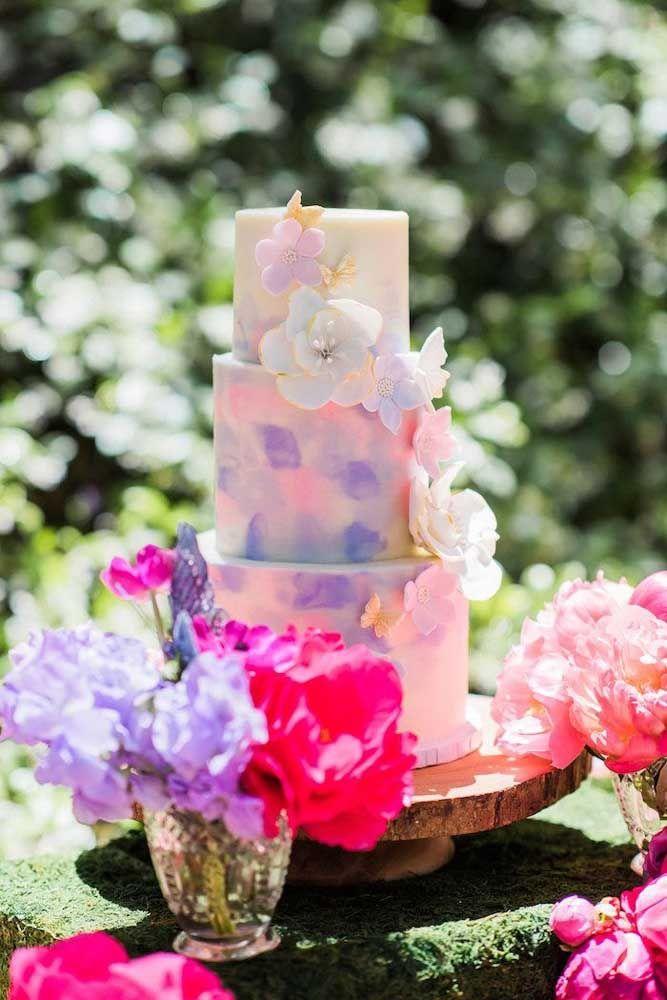 Um bolo com efeito aquarela para a festa Jardim Encantado ao ar livre