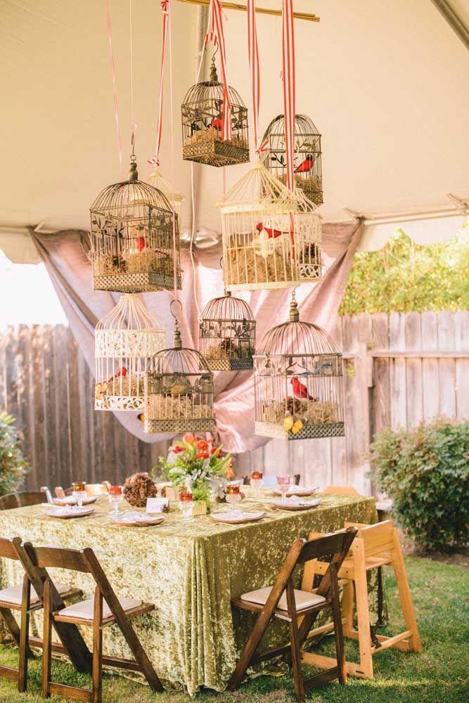 Uma festa literalmente no jardim; as gaiolas completam a decoração