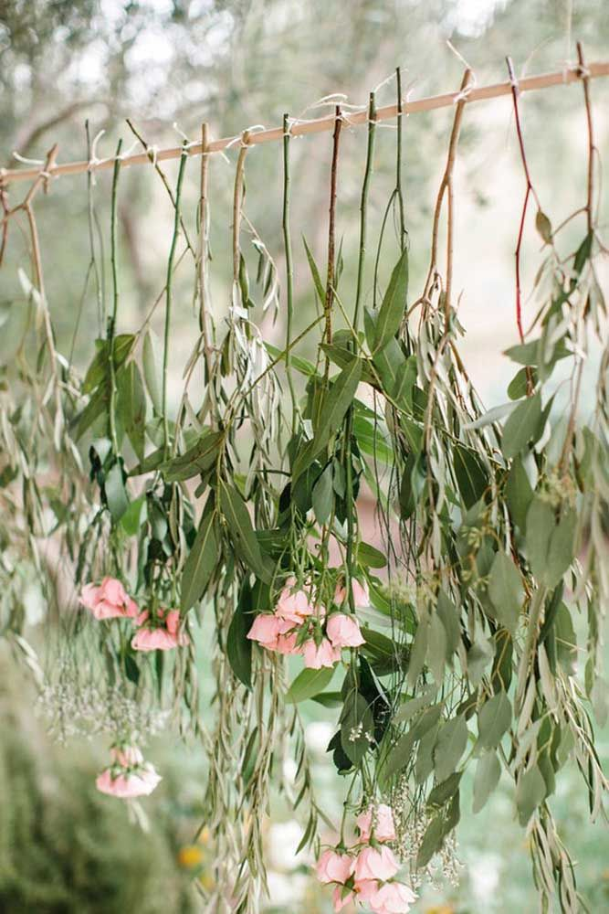 Varal de folhas e flores para uma decoração de festa Jardim Encantado mais rústica e descontraída