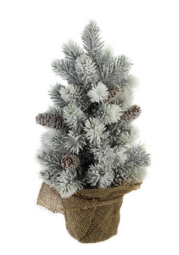 Um pinheiro de natal pequeno e delicado para decorar a mesinha do escritório ou o criado mudo