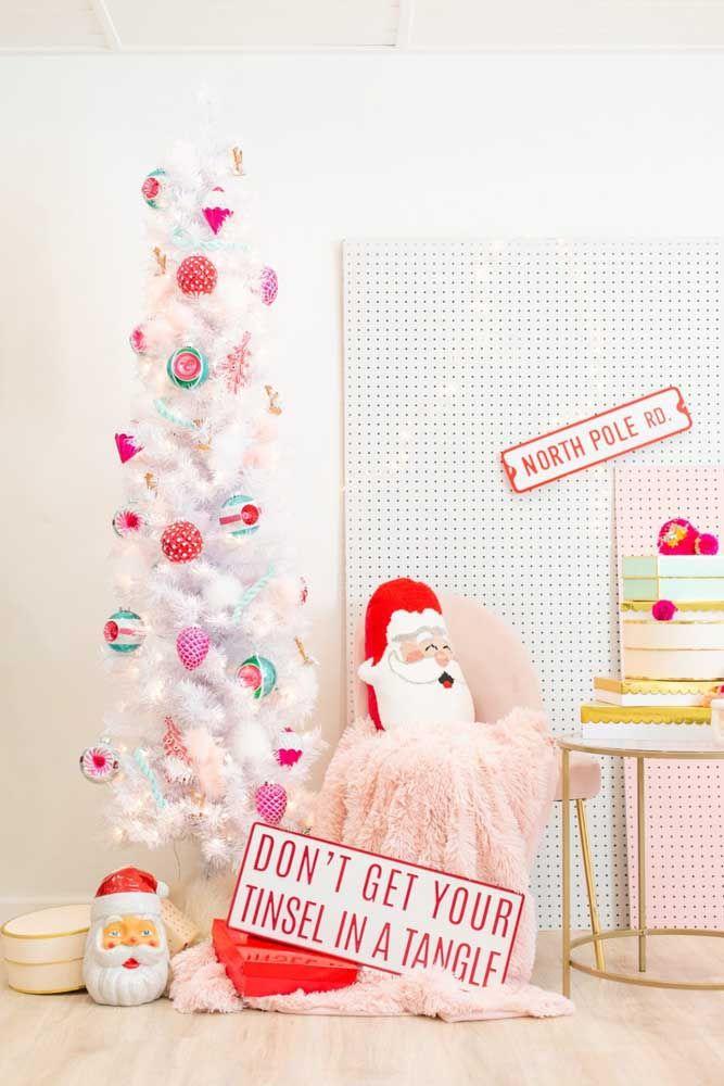 Árvore de natal branca decorada com enfeites coloridos e alegres, como o natal deve ser