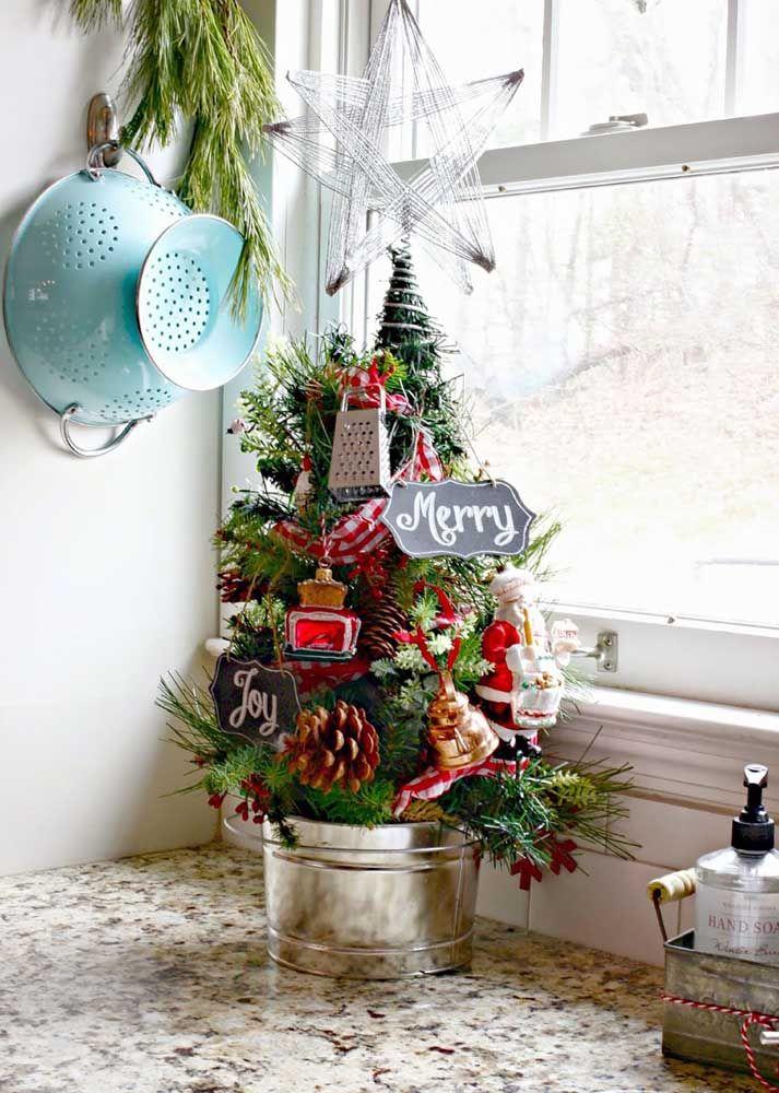 O balcão da cozinha ganhou uma mini árvore decorada com utensílios domésticos