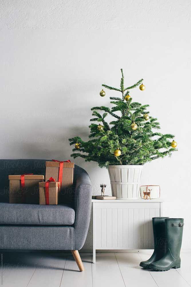 Sem exageros, essa árvore de natal foi enfeitada apenas com algumas poucas bolas douradas