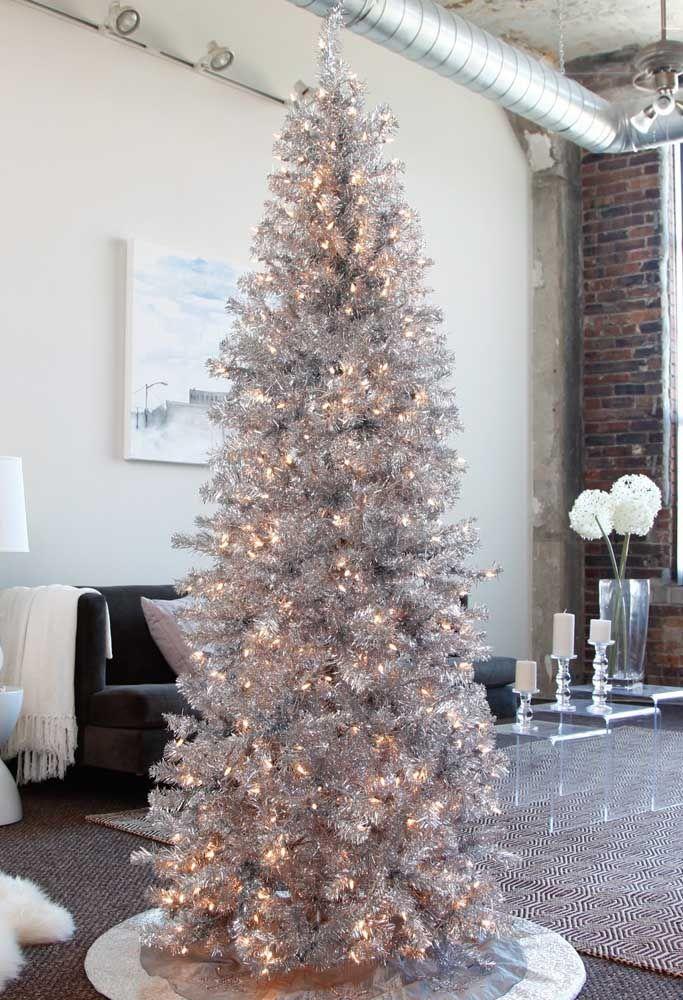 Mas também tem pinheiro gigante, para quem prefere uma decoração mais marcante; esse aqui foi enfeitado apenas com luzes