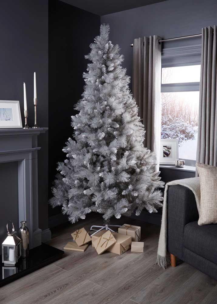 Uma árvore cinza para se encaixar na decoração sóbria da sala