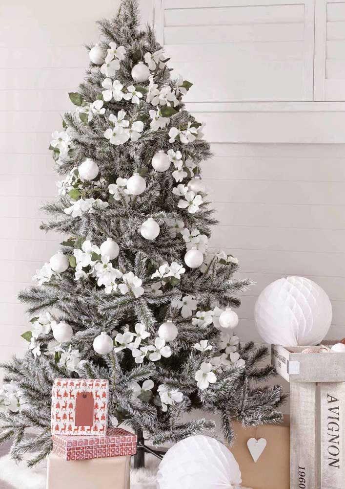 Que tal algumas flores para completar a decoração da árvore? Sinta-se a vontade para inserir os elementos que mais combinam com a sua casa e com você