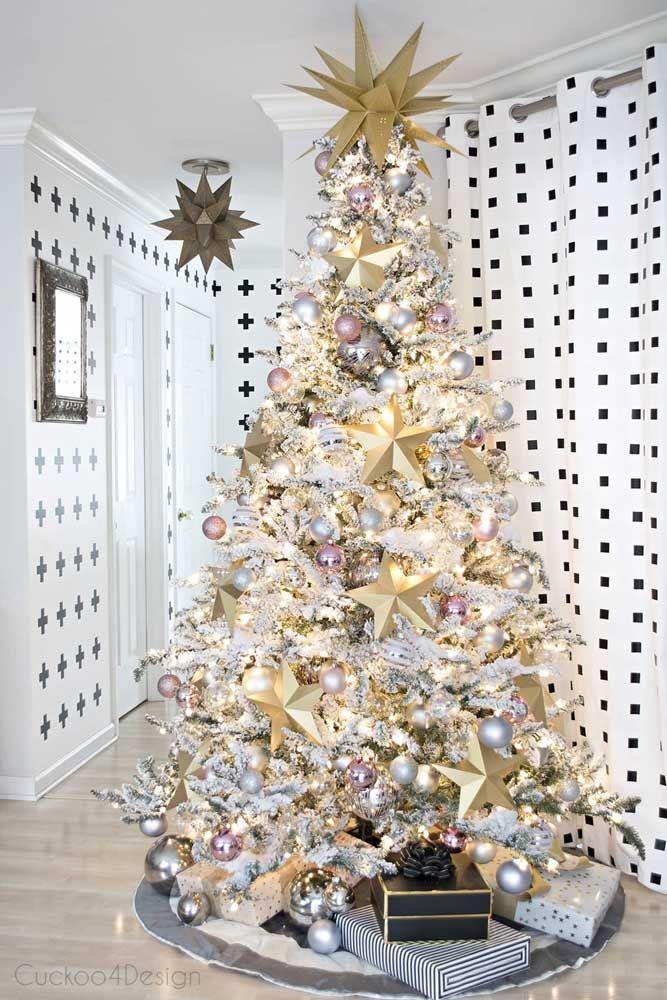 Em meio a tantos enfeites a árvore de natal praticamente desaparece