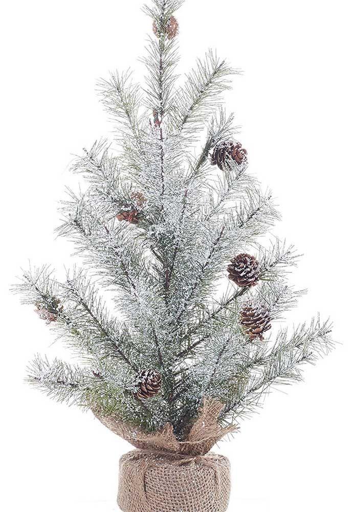 O vasinho revestido com juta deixa a árvore de natal rústica