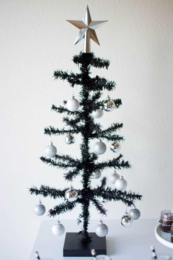Mesmo simples, a pequena árvore de natal não dispensou o uso da estrela na ponta