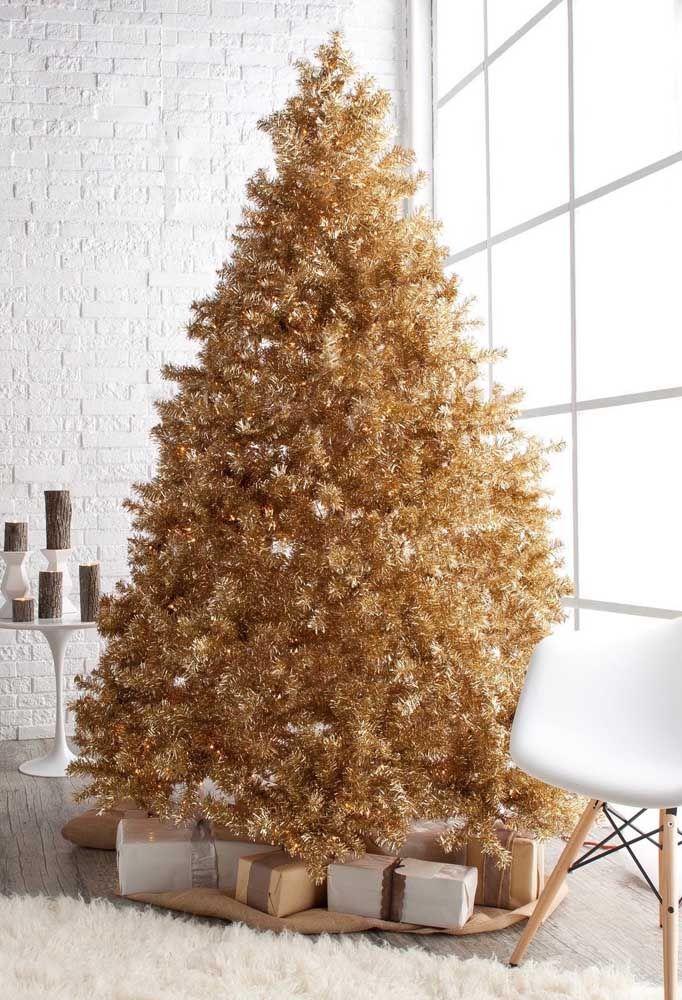 A sala branca e clean ganhou uma árvore dourada monumental