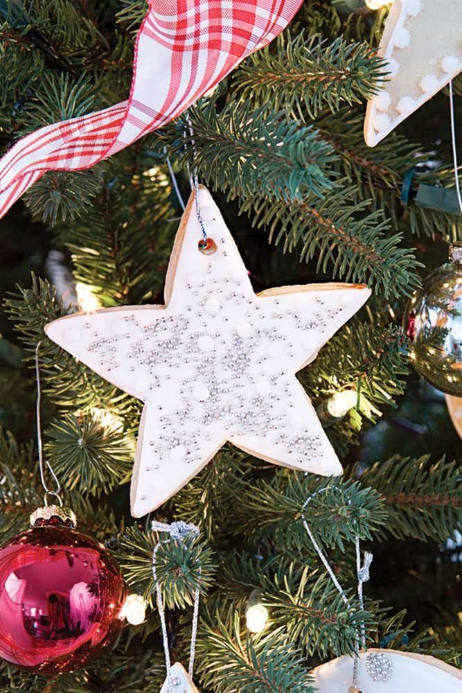 Pensou pendurar biscoitos em formato de estrela na árvore? Diferente não?