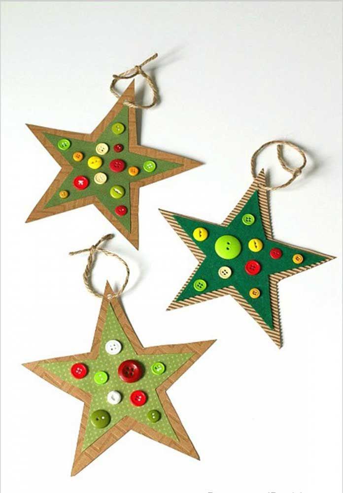 Papel e botões formam essa estrela de natal simples, mas muito charmosa