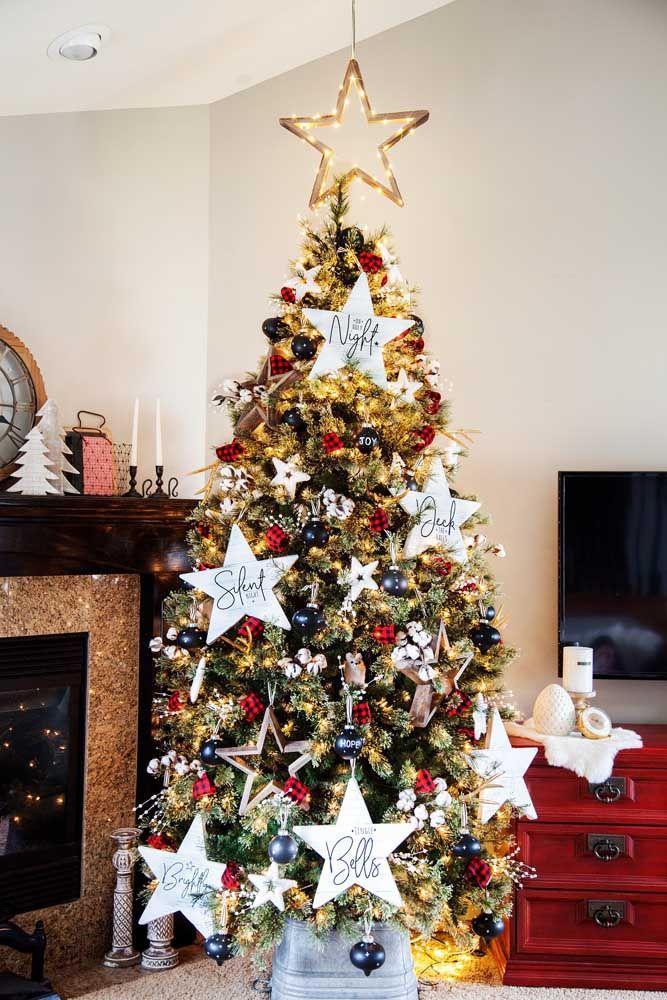 As estrelas de natal são o grande destaque dessa árvore