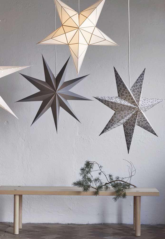 Que ideia linda! Suspender as estrelas de papel por fios de nylon; repare que cada uma segue um formato diferente