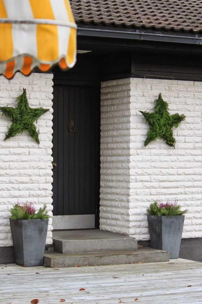 Para a parede rústica de tijolinhos, estrelas de folhas