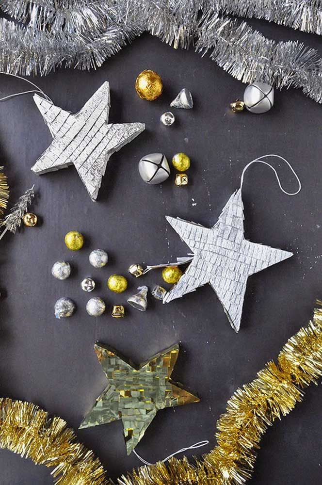 Pegue miçangas, brilhos e paetês, junte a um molde de estrela e crie seu enfeite de natal
