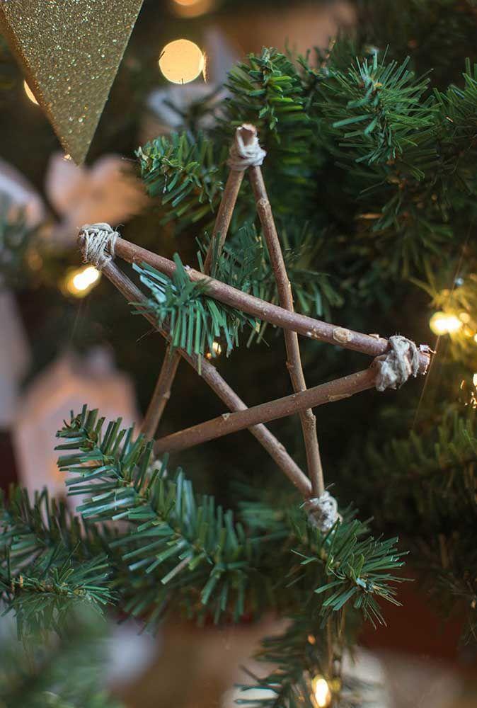 Chame as crianças para juntar gravetos e, depois, juntos montem as estrelas de natal