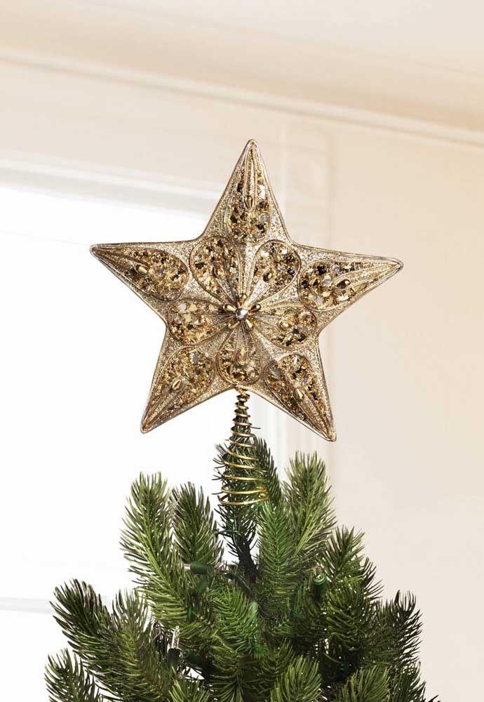 Para deixar a estrela de natal bem fixa a arvore foi usado um suporte em espiral