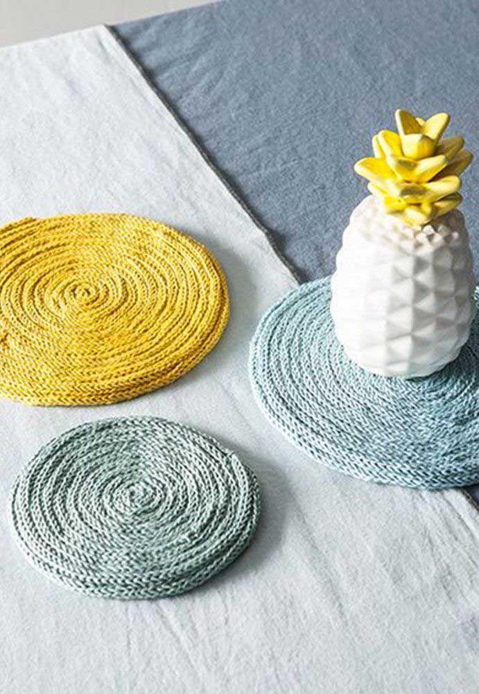 O que fazer com círculos em tricotin? Um enfeite de mesa, um suporte para panelas ou o que mais preferir