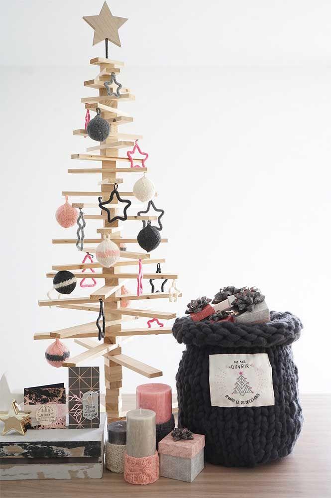 Uma árvore de natal toda decorada com enfeites de tricotin