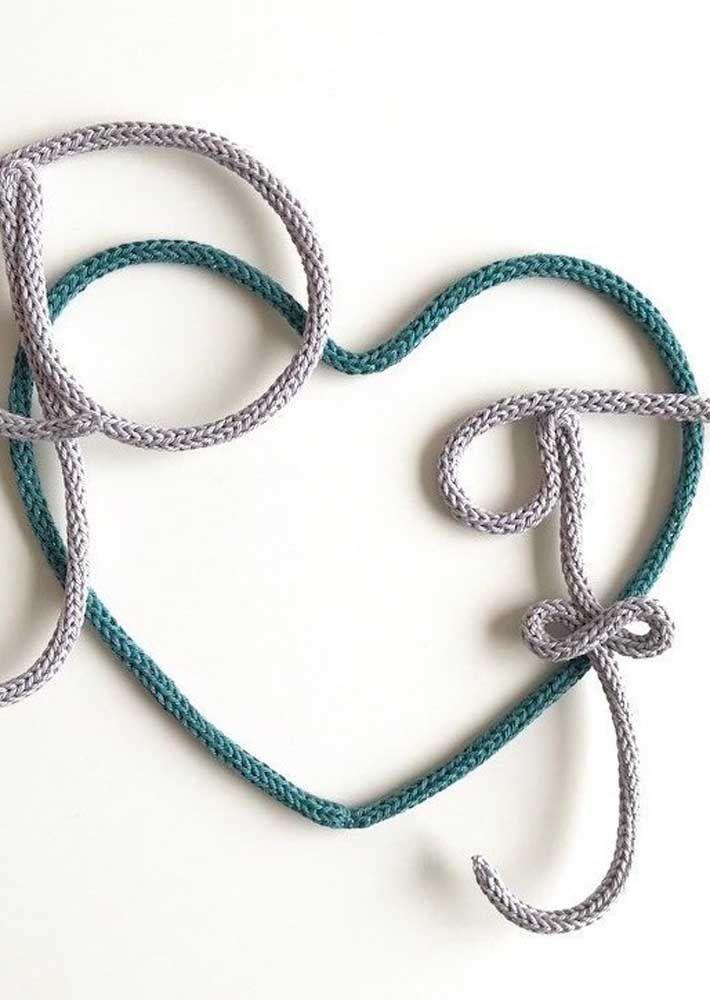 Iniciais dos namorados no coração de tricotin