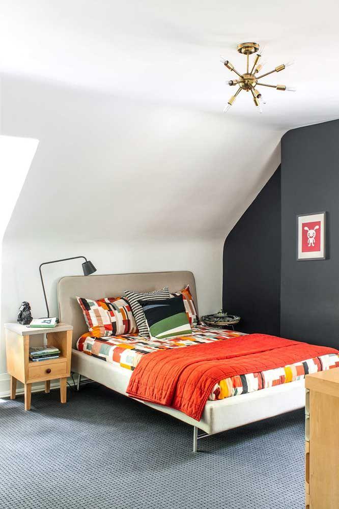 Já aqui a proposta se inverte: quarto moderno com criado-mudo retrô
