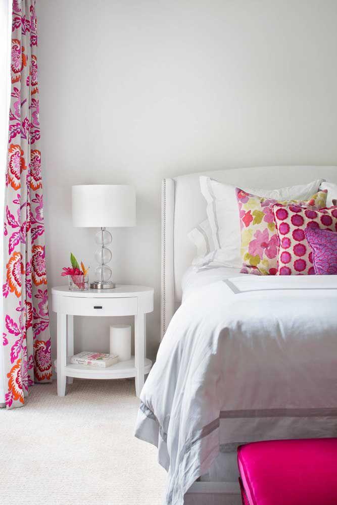 O quarto branco, com jeito provençal, apostou em um criado-mudo redondo para valorizar a proposta romântica
