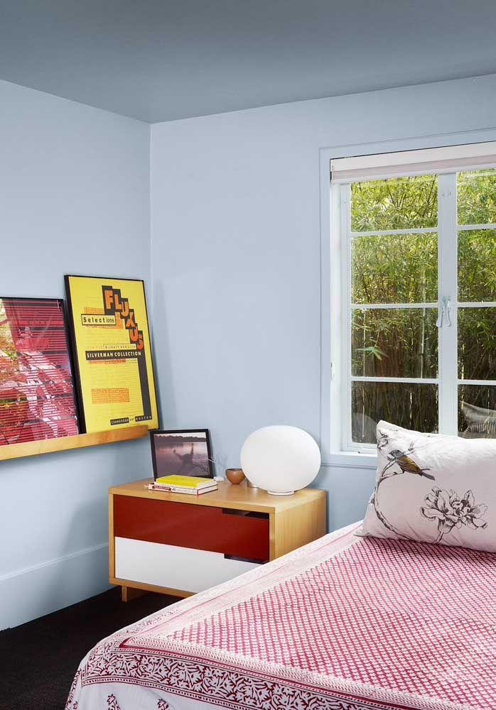 A clássica combinação retrô entre madeira clara, branco e vermelho