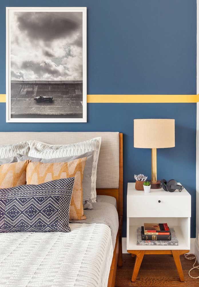 A conversa entre o criado-mudo e a cama passa pela cor da madeira presente em ambos os móveis
